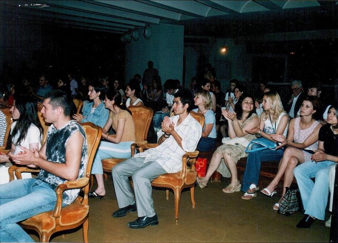 Acordarea burselor studențești, Teatrul Național I.L.Caragiale, București, 7 iulie 2005, studenții bursieri participanți la festivitatea încheierii anului școlar universitar și înmânarea burselor