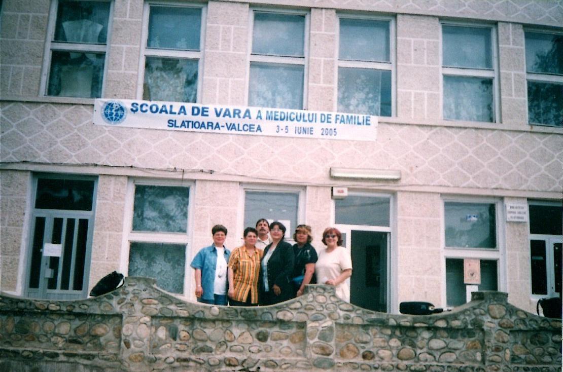 Școala de vară a cursurilor post-universitare pentru medicii de familie din mediul rural, 3 iunie 2005 , Casa de Cultură Țărănească, comuna Slătioara județ Vâlcea, fotografie grup medici