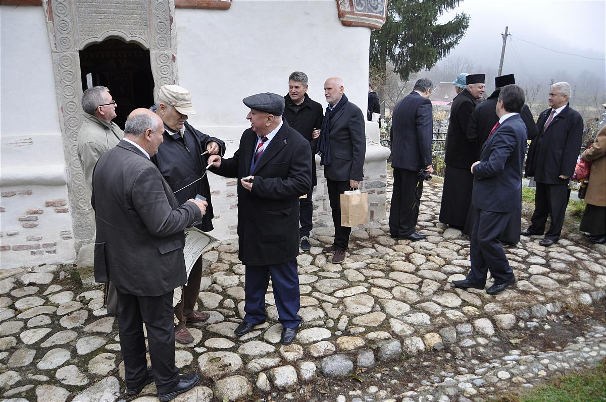 Premiile naţionale anuale ale Fundaţiei ,,Nişte ţărani'', 26.10.2014, la intrarea în biserică