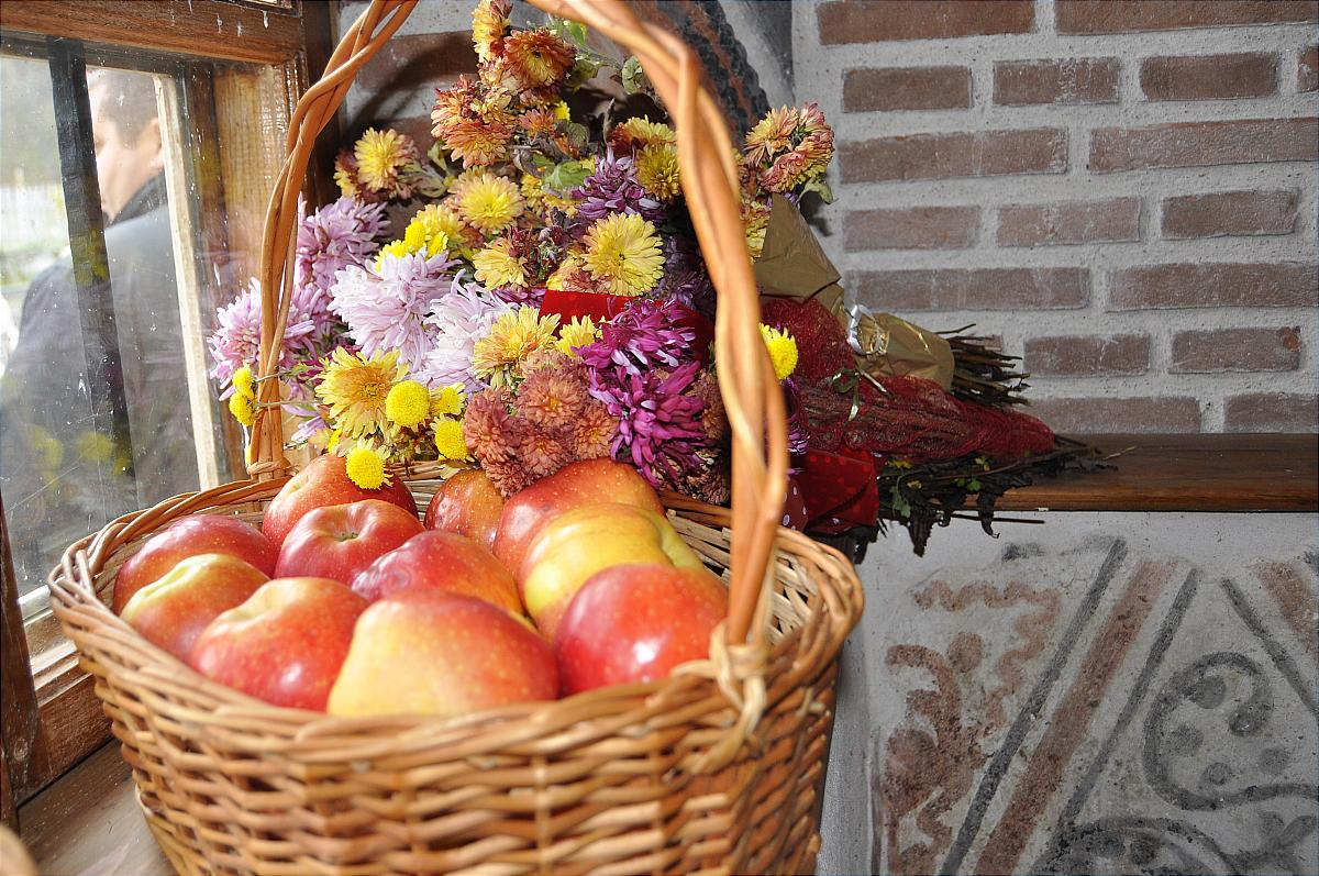 Premiile naţionale anuale ale Fundaţiei ,,Nişte ţărani'', 26.10.2014, coş cu mere şi flori