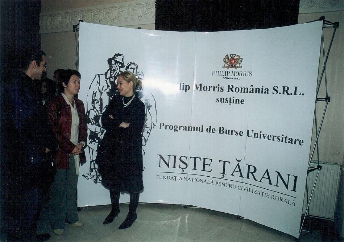 """Acordarea burselor studențești, Biblioteca Metropolitană ,,Mihail Sadoveanu"""" din București, 10 octombrie 2006, panoul sponsorului Philip Morris"""