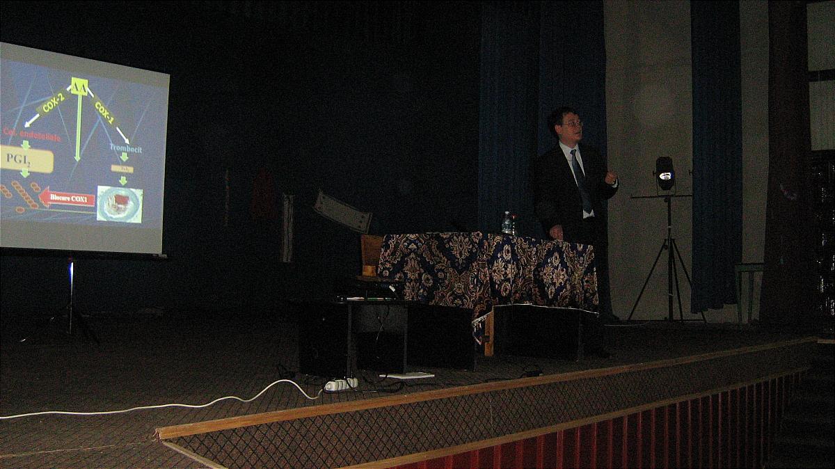 Școala de vară a cursurilor post-universitare pentru medicii de familie din mediul rural, 18 iulie 2010, Casa de Cultură Țărănească, comuna Slătioara județ Vâlcea, foto lector conf.dr.Florin Berghea