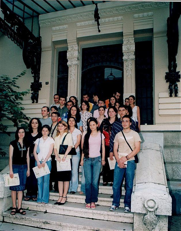 """Acordarea burselor studențești, Biblioteca Metropolitană ,,Mihail Sadoveanu"""" din București, 10 octombrie 2006, fotografie de grup cu studentii bursieri"""