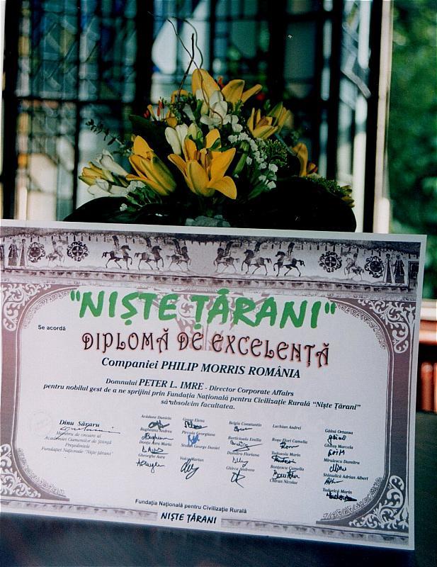 Diploma semnată de toți studenții bursieri ai Fundației acordată sponsorului acestui program firma PHILIP MORRIS ROMÂNIA