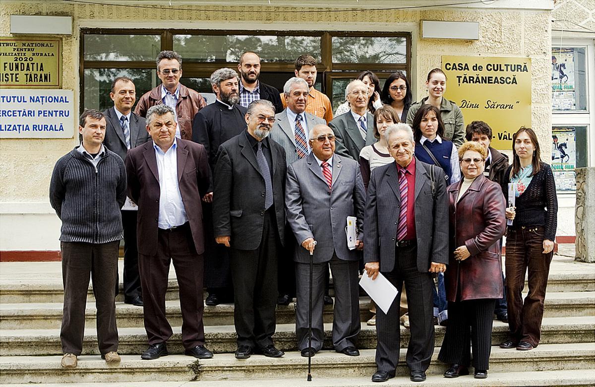 Înființarea Universității Țărănești DIMITRIE GUSTI, 8 septembrie 2008, Casa de Cultură Țărănească, comuna Slătioara, fotografie de grup