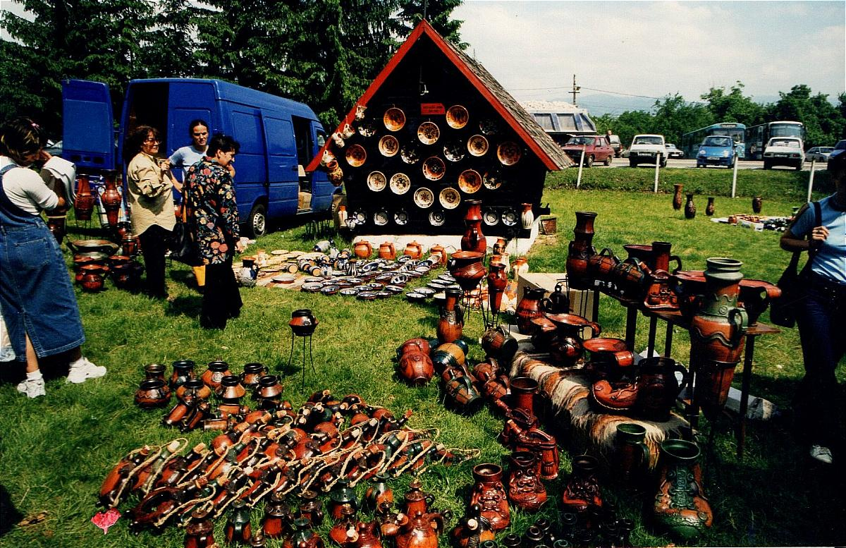 """Tărgul Ceramicii Populare Românești ,,COCOȘUL DE HUREZ"""", creațiile populare ale meșterilor ceramiști expuse vizitatorilor târgului"""