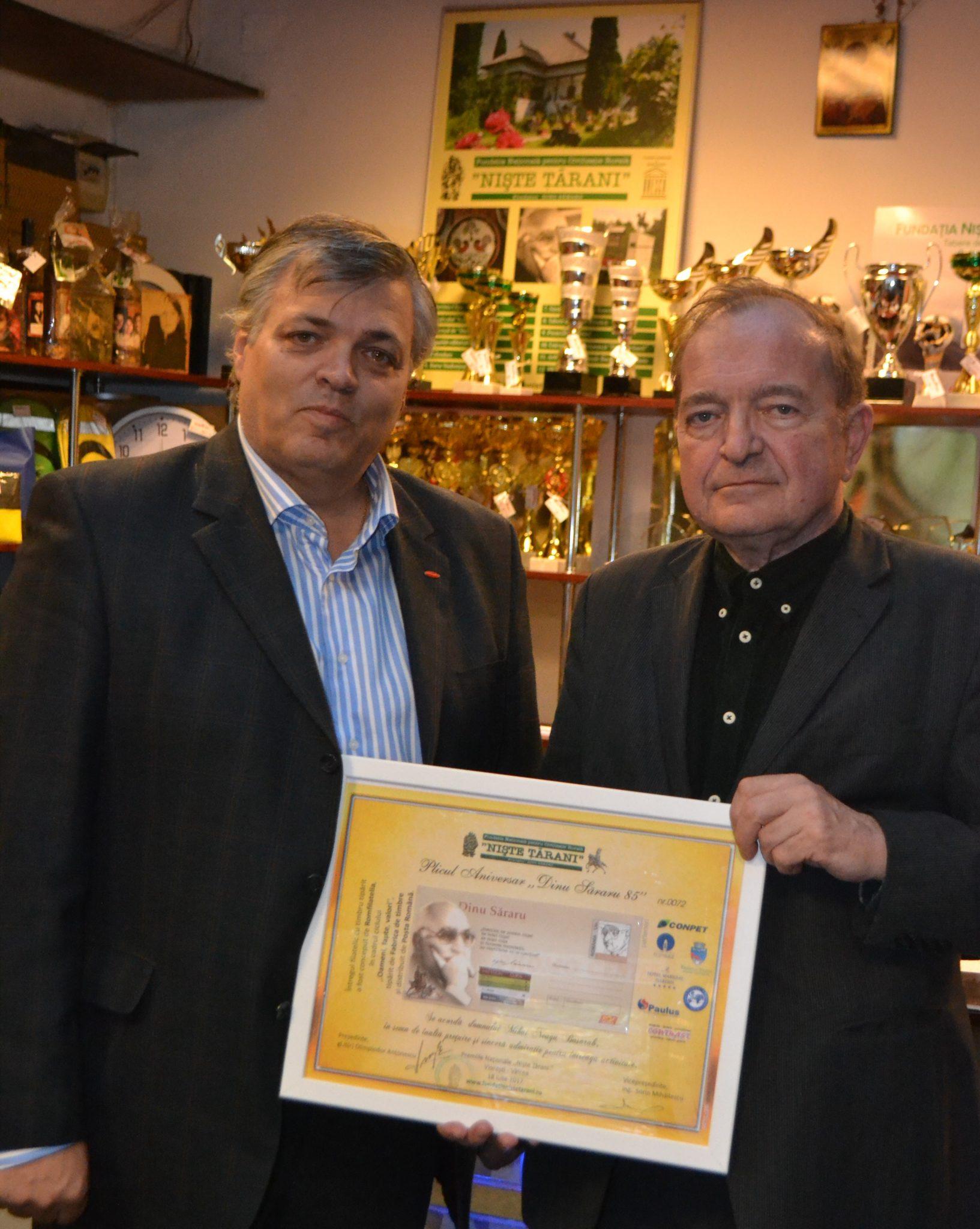 Directorul Bibliotecii Române din Freiburg , Mihai Neagu Basarab primește o donație de carte de la vicepreședintele Fundației, Sorin Mihăilescu
